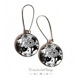 Boucles d'oreilles, dessins de fleur en noir et blanc, résine époxy, bronze, bijoux pour femme
