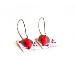 Boucles d'oreilles, pendantes, fantaisie,  petits fleurs rouge et blanc, artisanat