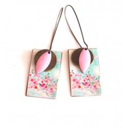 Boucles d'oreilles, pendantes, fantaisie, fleurs bleu pastel et rose, artisanat