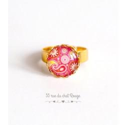 Bague cabochon rond , forme arabesque rouge et rose, paisley, finition dorée