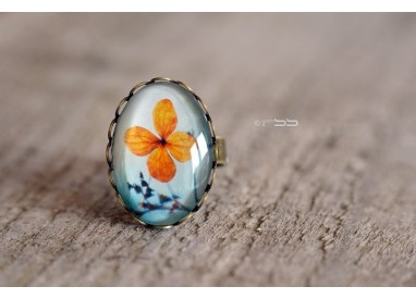 Cabochon oval ring Small orange flower