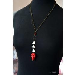 Collier mi-long, nacre, pendentif tête de mort rouge, bronze