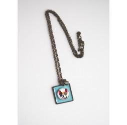 Collar corto, colgante de perro cabujón Carlin, en colores pastel azul, bronce